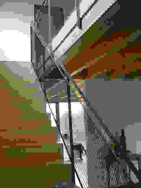 Modern und naturnah: Haus aus Holz Einfamilienhaus in der Eifel, Mendig Skandinavischer Flur, Diele & Treppenhaus von PELL Architekten Skandinavisch