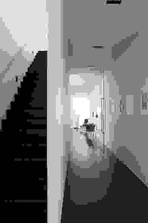 Le cube blanc Couloir, entrée, escaliers minimalistes par Luc Spits Interiors Minimaliste