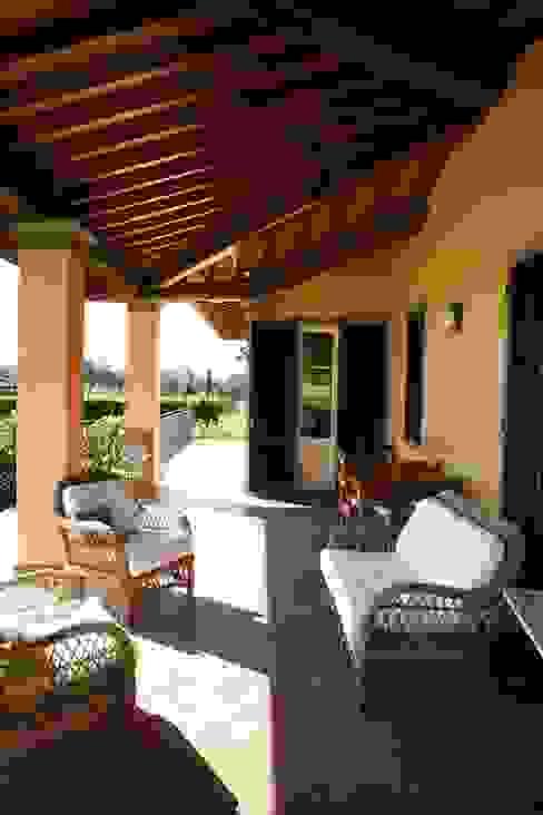 Villa Via Sbarra Balcone, Veranda & Terrazza in stile classico di Studio Tecnico Fanucchi Classico