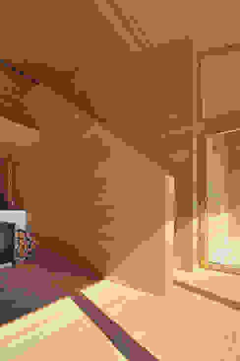 Bienenhus - Aufgang zum Galeriegeschoss Moderne Wohnzimmer von Yonder – Architektur und Design Modern