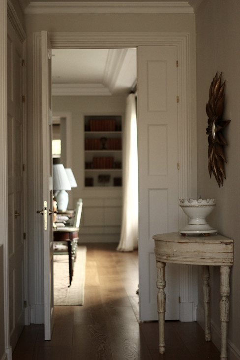 Classic style corridor, hallway and stairs by La Californie Classic