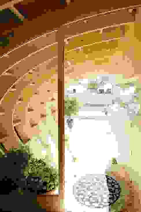 Corredores, halls e escadas modernos por [ADitude*] Architecture Moderno