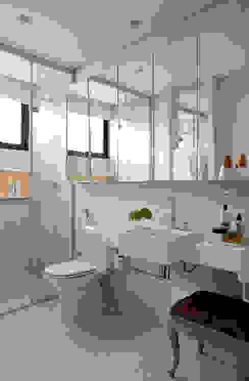 Casa de Vila: Banheiros  por CSDA Arquitetura e Interiores
