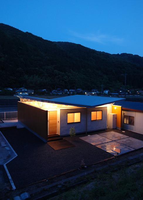 Night view 土居建築工房 Small houses Wood Brown