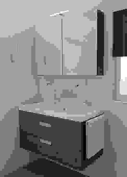 Ondiep badkamermeubel:  Badkamer door Sani-bouw, Modern
