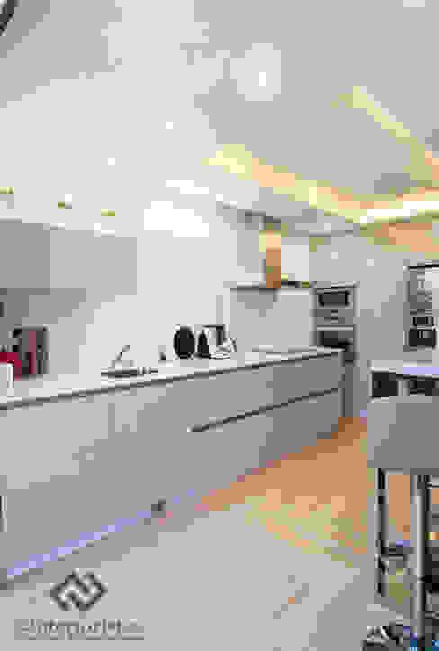 Diseño vivienda en Benalmádena Cocinas de estilo moderno de C2INTERIORISTAS Moderno