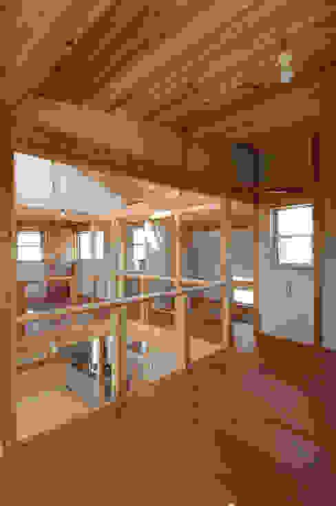 将来は子供室となる多目的室より吹き抜けにて1階を見る。 オリジナルデザインの 多目的室 の 氏原求建築設計工房 オリジナル