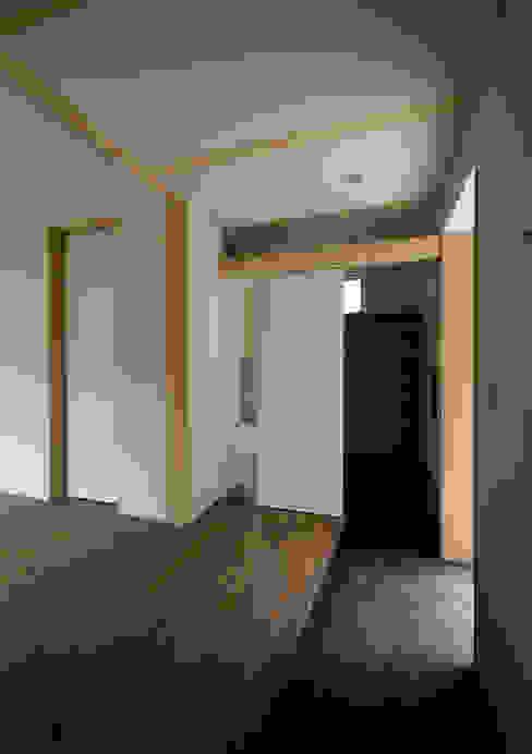 マドの家: 充総合計画 一級建築士事務所が手掛けた廊下 & 玄関です。,モダン