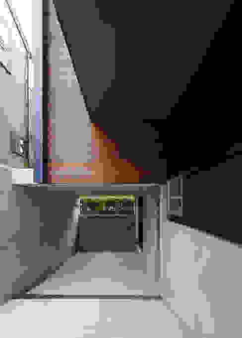 マドの家: 充総合計画 一級建築士事務所が手掛けたガレージです。,モダン