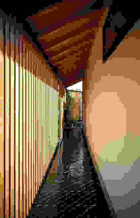 それぞれの庭の家 玄関口からエントランス方面をのぞむ: 株式会社seki.designが手掛けた家です。,和風