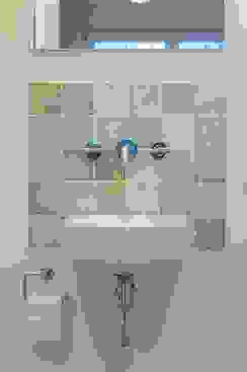 Saniertes Einfamilienhaus von 1930 Moderne Badezimmer von Innenarchitekturinsel Modern