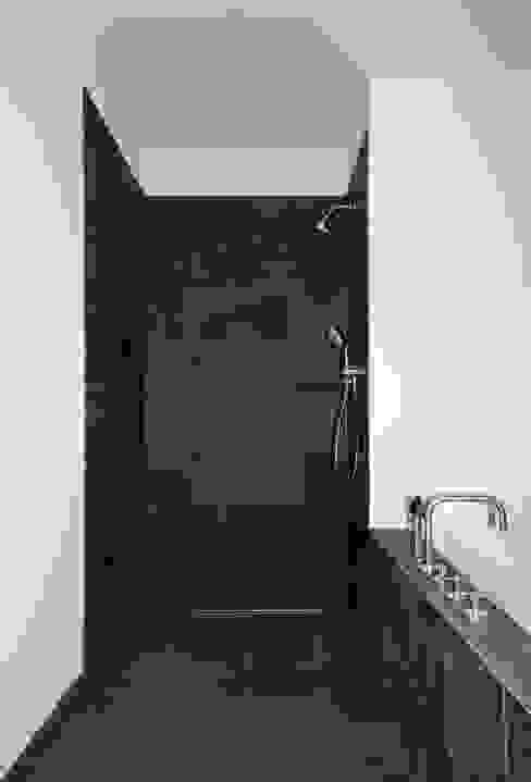 Bad / Dusche Moderne Badezimmer von DARC Architects // Darmawan Architekten Modern