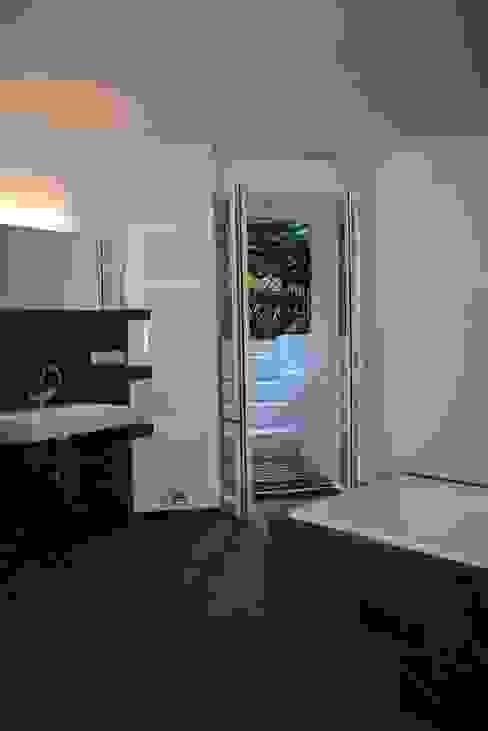 Bad Moderne Badezimmer von DARC Architects // Darmawan Architekten Modern