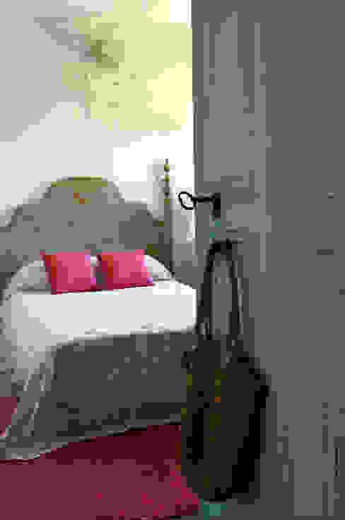 Casa de campo en Galicia Dormitorios de estilo moderno de Oito Interiores Moderno