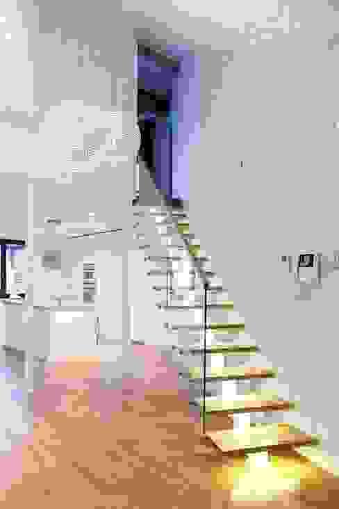 Pasillos, vestíbulos y escaleras de estilo minimalista de Tarna Design Studio Minimalista