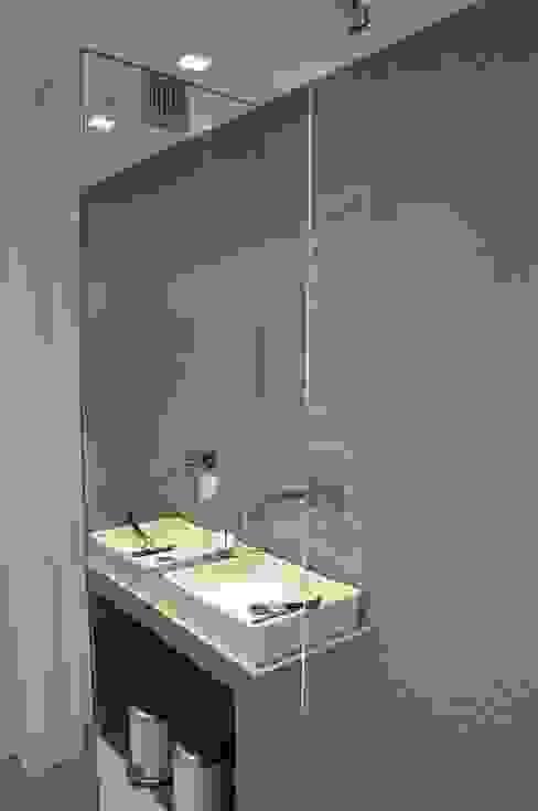 łazienka dla gości - parter Tarna Design Studio Minimalistyczna łazienka