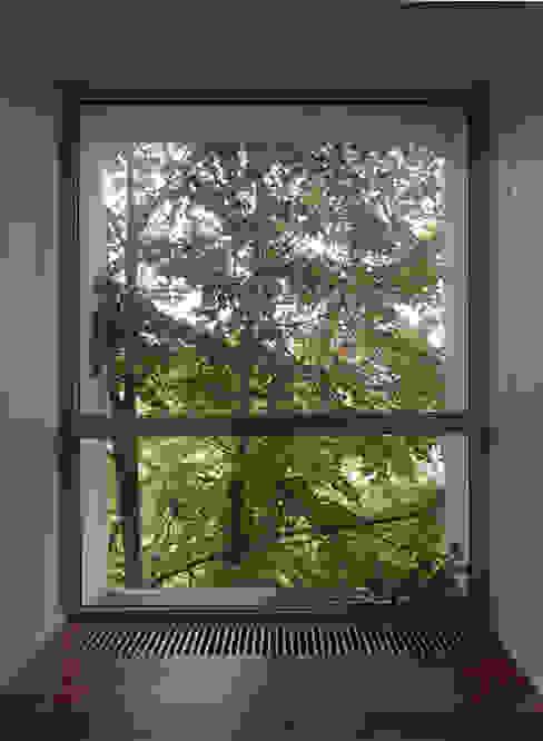 Коттедж на опушке леса Коридор, прихожая и лестница в модерн стиле от Контент-ВА Модерн