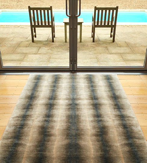 SEAWASH hand knotted graded silk rug from the 2014 DESIGNS FROM THE SEASHORE collection من Deirdre Dyson LLP حداثي