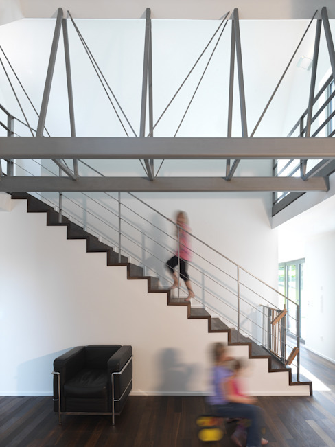 Blick ins offene Treppenhaus Moderner Flur, Diele & Treppenhaus von Koschany + Zimmer Architekten KZA Modern