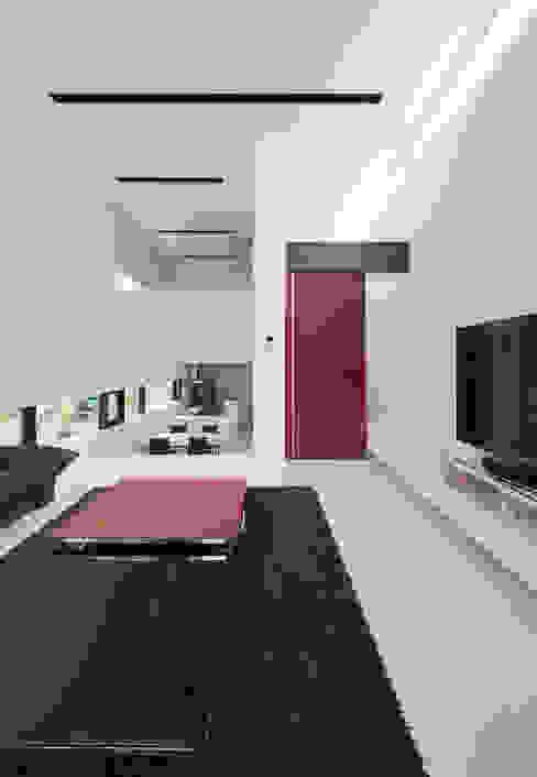 Salon moderne par 株式会社コウド一級建築士事務所 Moderne
