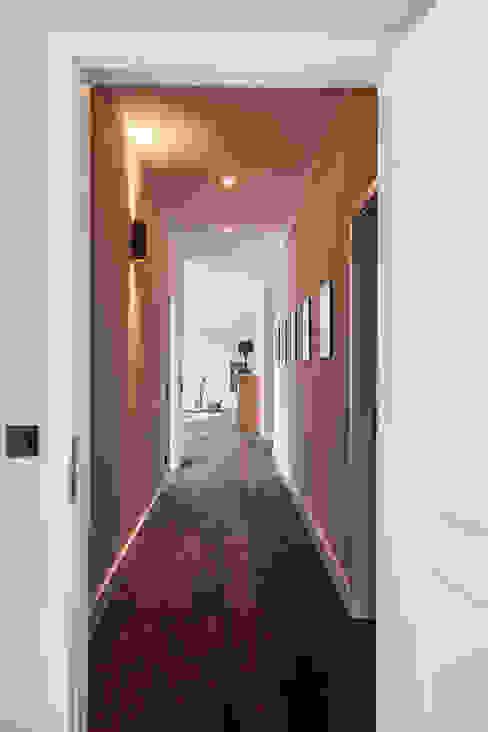 Eingangsbereich in stilvoller Beleuchtung Moderner Flur, Diele & Treppenhaus von 16elements GmbH Modern