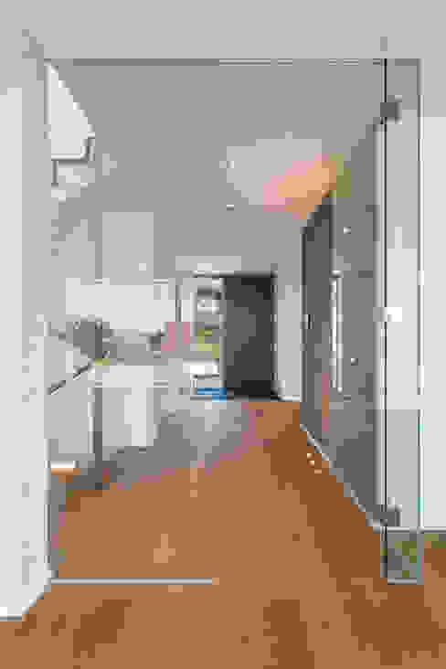 Pasillos, vestíbulos y escaleras de estilo moderno de m67 architekten Moderno