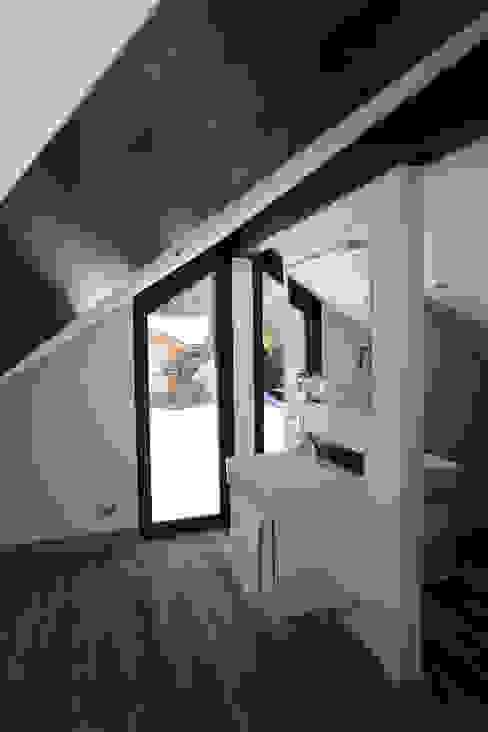 Ванная комната в стиле модерн от Chevallier Architectes Модерн