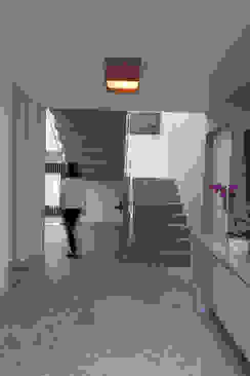 Pasillos, vestíbulos y escaleras de estilo rural de Mutabile Arquitetura Rural