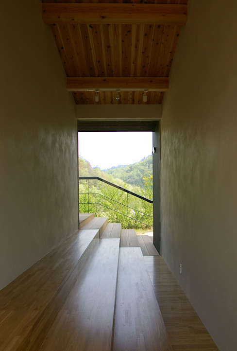 兵庫県佐用町の別荘 モダンスタイルの 玄関&廊下&階段 の 一級建築士事務所アールタイプ モダン