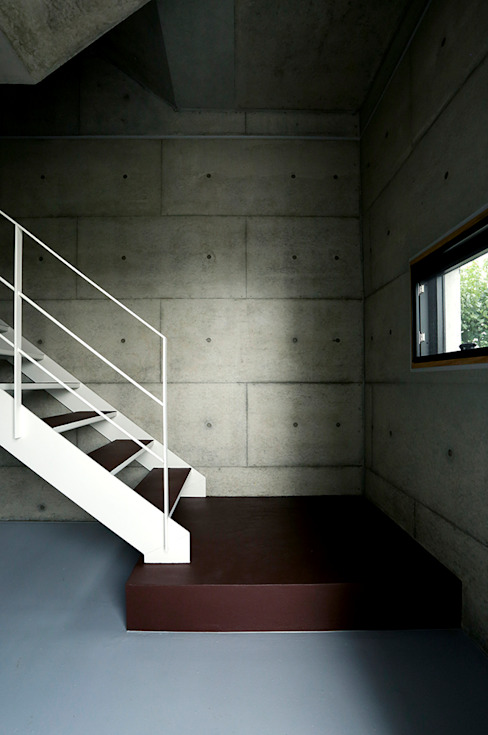 Modern Corridor, Hallway and Staircase by 株式会社ミユキデザイン(miyukidesign.inc) Modern