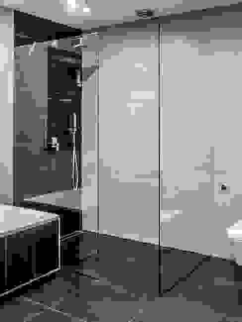 Modern style bathrooms by Sałata-Pracownia Architektury Wnętrz Modern