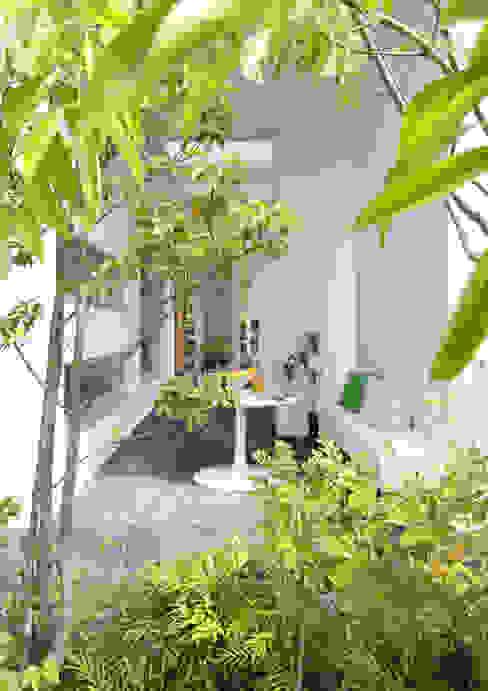 Modern Garden by 久保田正一建築研究所 Modern