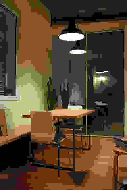 la zona pranzo con le porte scorrevoli riflettenti Sala da pranzo moderna di d'uopo Moderno