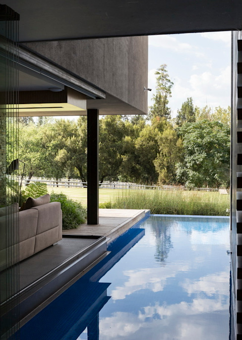 สระว่ายน้ำ by Nico Van Der Meulen Architects