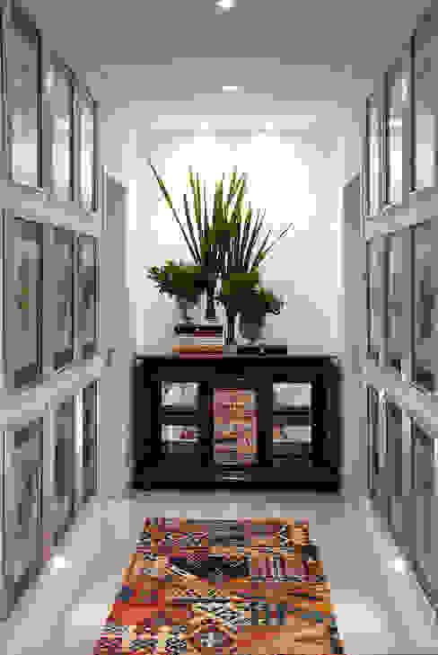 Pasillos y recibidores de estilo  por Luciano Teston, Clásico