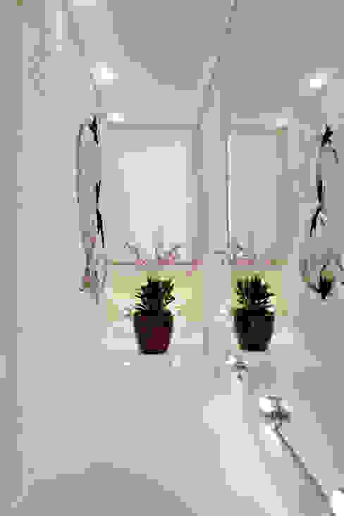Corredores e halls de entrada  por Designer de Interiores e Paisagista Iara Kílaris,