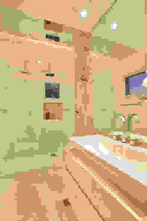 Bathroom by Designer de Interiores e Paisagista Iara Kílaris, Modern