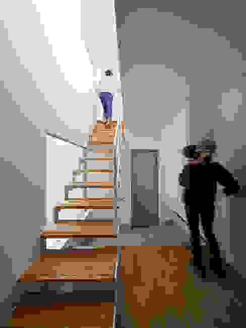 TOUFU: +0 atelier | プラスゼロアトリエが手掛けた廊下 & 玄関です。,モダン