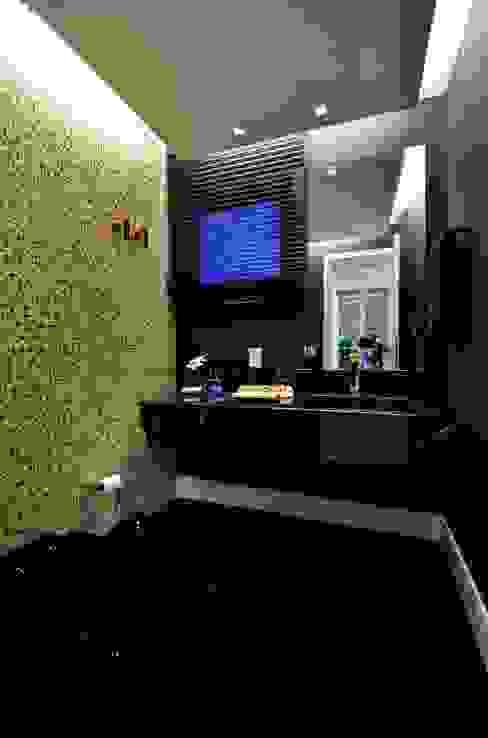 Residencia Unifamiliar Banheiros tropicais por Marcelo John Arquitetura e Interiores Tropical