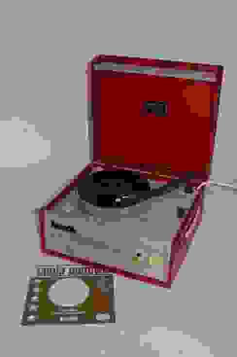Vintage 1960s Portable Red Dansette Popular Record Player Salas multimedia minimalistas de Retro Bazaar Ltd Minimalista