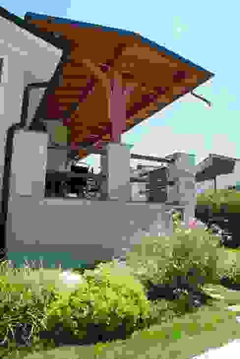 Porticato in legno Balcone, Veranda & Terrazza in stile classico di Alfa Porticati S.r.l.s. Classico