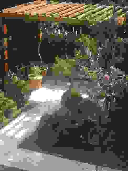 CASA MORUMBI.SÃO PAULO.BRASIL: Jardins  por Línea Paisagismo.Claudia Muñoz