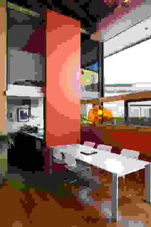 Industrial style dining room by Beriot, Bernardini arquitectos Industrial