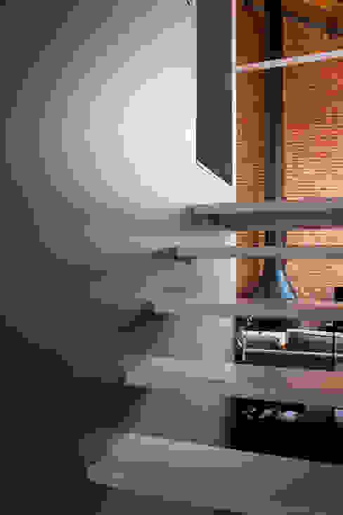 Couloir, entrée, escaliers industriels par Beriot, Bernardini arquitectos Industriel