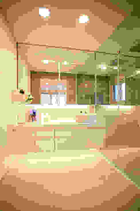 GALLERY HOUSE   미술가의 집: HBA-rchitects의  욕실,미니멀