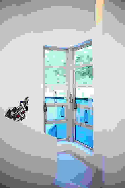 GALLERY HOUSE   미술가의 집: HBA-rchitects의  복도 & 현관,미니멀