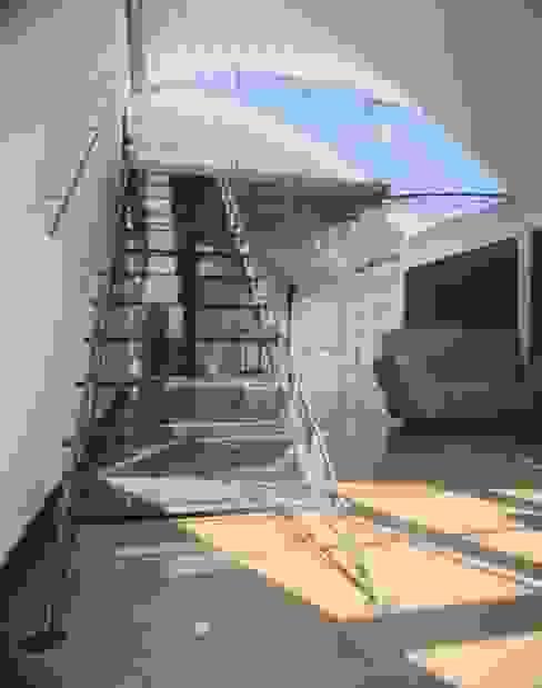 The Lowe Apartment Minimalistyczny korytarz, przedpokój i schody od reForm Architects Minimalistyczny