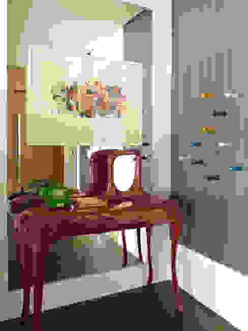 Pasillos y vestíbulos de estilo  por Lovisaro Arquitetura e Design, Moderno