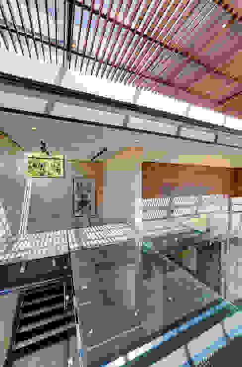Casa Dalias Pasillos, vestíbulos y escaleras de estilo minimalista de grupoarquitectura Minimalista