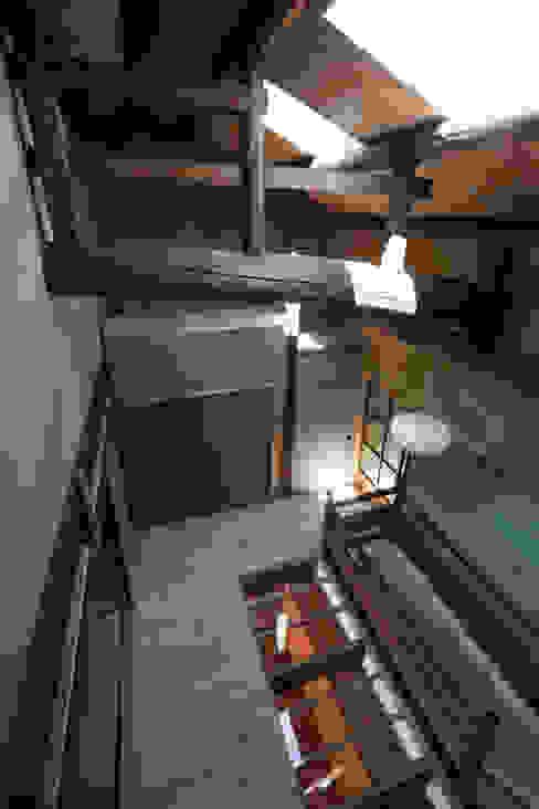 ホール見下ろし: アトリエ・ブリコラージュ一級建築士事務所が手掛けた和室です。,クラシック